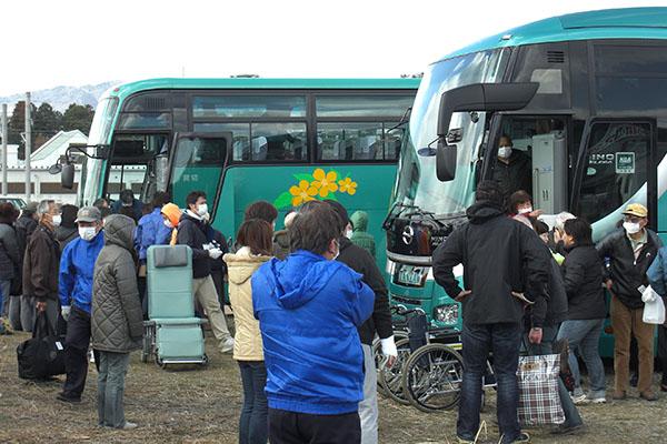【震災】バスに乗る透析患者_600×400